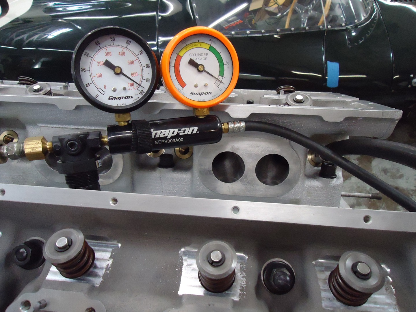 Checking seal of the cylinder head